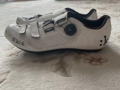 Predám Cyklistické Tretry Fizik R4b - Bielo čierne Veľkosť 45 1/2