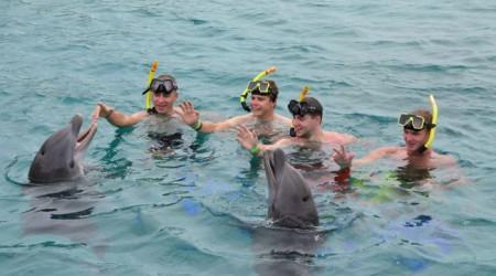 Saganovci plávali na Curacau s delfínmi
