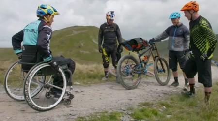 Martyn Ashton sa po nehode, pri ktorej ochrnul vrátil späť na bike