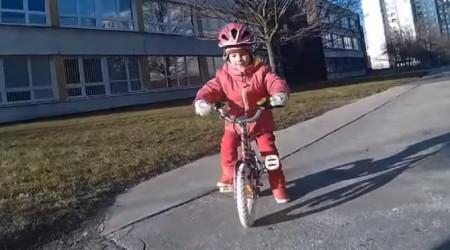 Ak nechávate cez zimu bike doma, toto podarené dievčatko s vami nebude súhlasiť