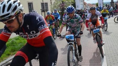 Reportáž: ŠKODA Svätojurský MTB maratón - Návleky na kolená, ruky, hrubé vlnené ponožky, čiapka pod prilbu a môžem ísť