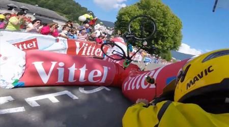Záver piatkovej 7. etapy na Tour de France poznačila kuriózna situácia - na jazdcov spadla nafukovacia brána