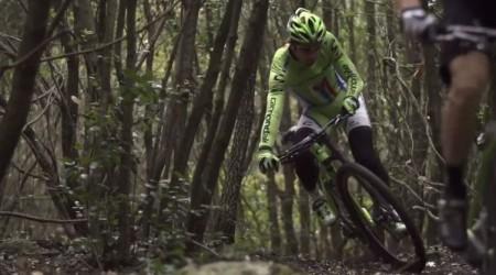 Peter Sagan na horskom bicykli predvádza jednu parádičku za druhou