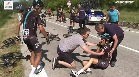 Video: Policajná motorka zapríčinila veľký pád v pelotóne na Giro d'Italia