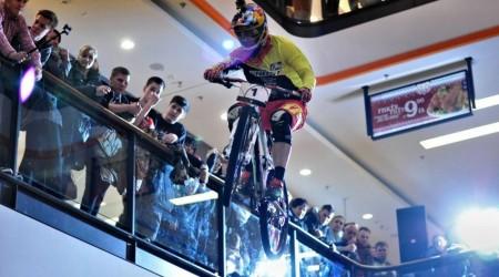 Zjazdárska súťaž v nákupnom centre: Tomáš Slavík vyhral prvé dve podujatia Downmall Tour 2015
