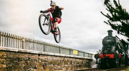 Danny MacAskill opäť predvádza svoje jazdecké umenie v klipe Wee Day Out
