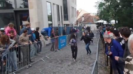 Video: Panika na mestskom zjazde v Bratislave, ktorý prerušili výtržníci