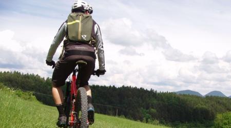 Test: Pomocník na celodenné enduro - minimalistický batoh s chráničom chrbtice