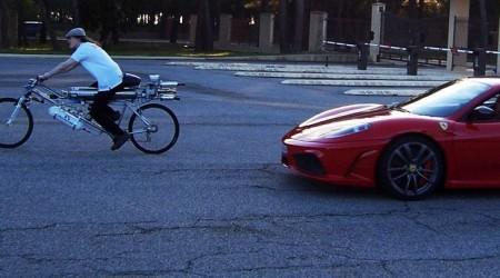 Borec s maximálkou 333 km/h na bajku, ktorý na štarte trhol Ferrari rozdielom triedy