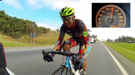 Video: Na bicykli v háku 145 km/h? Prečo nie...