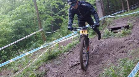 Video: Nemecký Albstadt privítal jazdcov poriadne bahnitou traťou