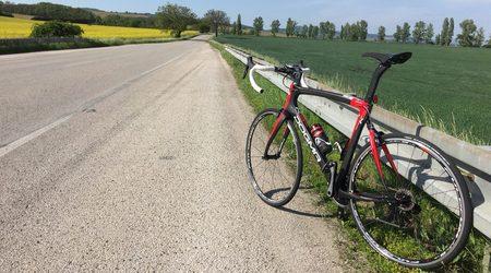 Predstavenie: Pinarello K8-S - ako sa jazdí na cestnom bicykli s tlmičom v zadnej stavbe?