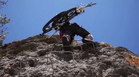 Chris Akrigg na via ferrata za hľadaním nového dobrodružstva