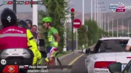 8 km pred cieľom mal Peter Sagan pád, keď do neho narazilo doprovodné vozidlo