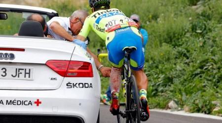 Saganovho tímového spolujazdca Paulinha zrazila na Vuelte motorka, má 17 stehov