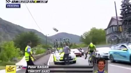 Sagana takmer zrazil kameraman na motorke v 15. etape - Doslova si Sagan musel kopnúť do jeho motorky