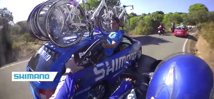 Adrenal�nov� pr�ca servis�ka na motorke na Tour de France
