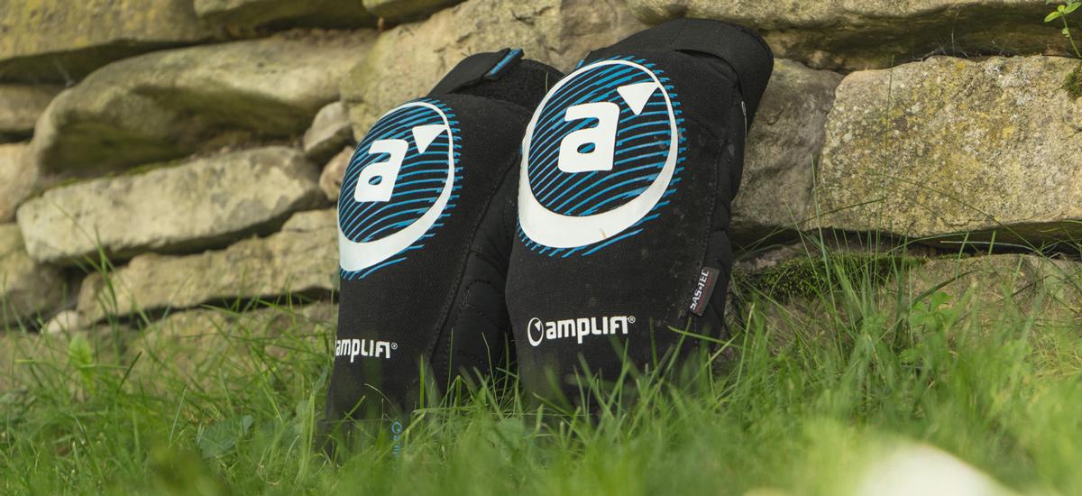 Test: Chrániče Amplifi Salvo Zip Polymer Knee - praktické a odolné