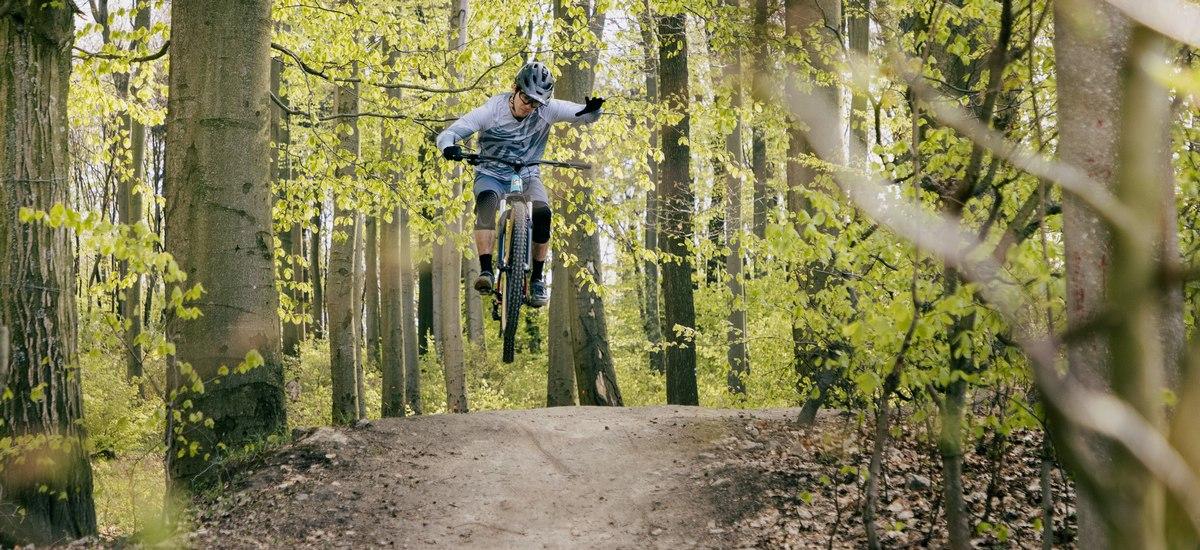 Test: Dainese Trail Skins PRO – ľahké chrániče lakťov a kolien na trailové jazdenie