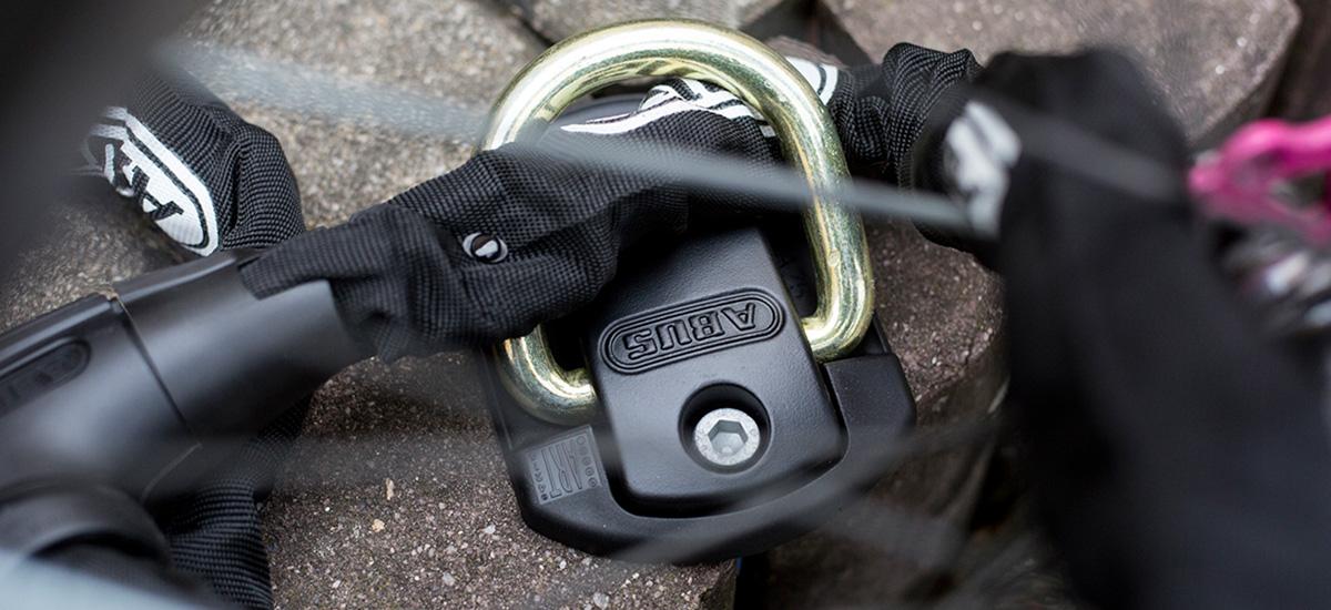 Ako zabezpečiť bicykel v garáži alebo v pivnici?