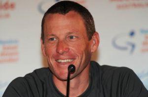 Hamilton mal agresívny kontakt s Armstrongom