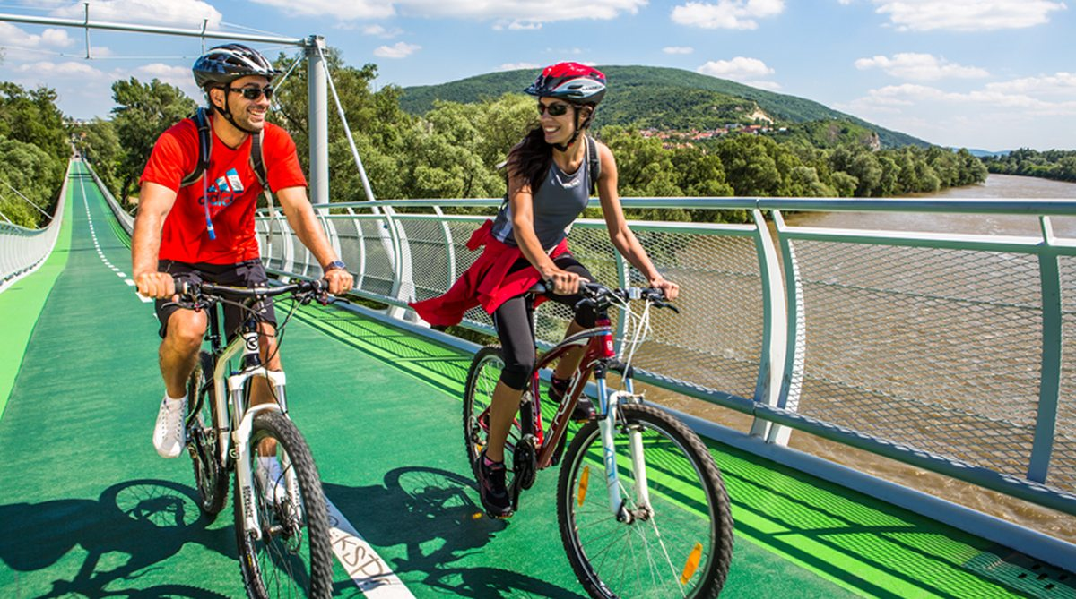 """Cyklomost slobody je cyklistickým """"korzom"""" Bratislavy"""