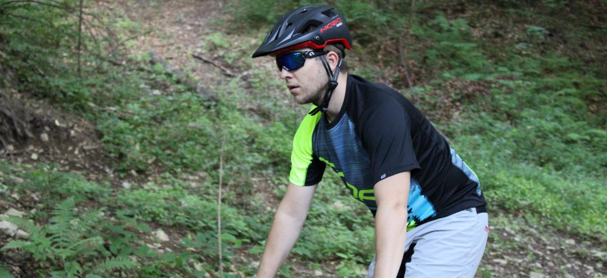 Test: Prilba HQBC Roqer – extra ochrana sa v lese hodí